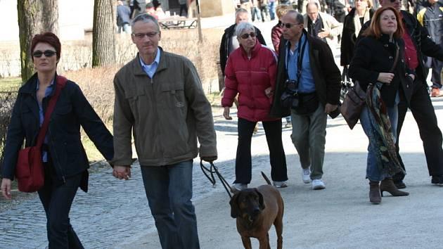 Dalo by se říci, že ztečí  vzali o víkendu turisté českokrumlovský zámek (na snímku). Díky slunečnému počasí navštívili zámek o několik dní dříve,  než  bylo původně v plánu. Obrovskou návštěvností se památka UNESCO mohla pochlubit  už o Velikonocích.