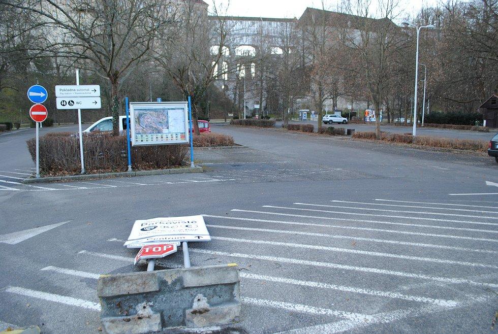 Na parkovišti P1 v Českém Krumlově vítr povalil dopravní značku.