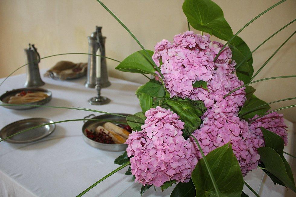 Výstava kvatinových aranžmá ve zlatokorunském klášteře vytvořená z rostlin klášterní zahrady.