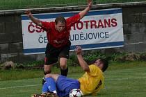 Zaslouženou prohru domácí Křemže podtrhl Michal Zayml (na snímku padá po souboji se Stanislavem Brabcem), který ve druhé půli zaznamenal čistý hattrick.