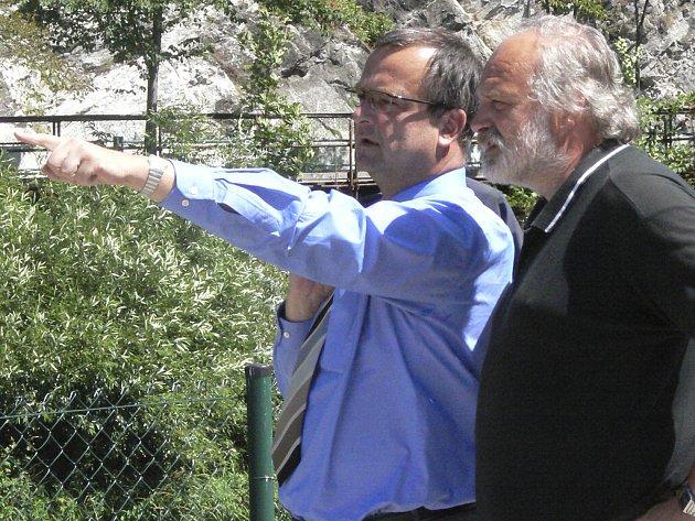 Ministr Miroslav Kalousek a radní Jan Vondrouš diskutují o skále.