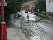 Silnice u střední zdravotní školy po přírodní katastrofě.