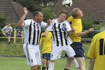 Jedním z úspěšných mladíků v překvapivé kaplické sestavě se stal sedmnáctiletý dorostenec Jiří Divoký (uprostřed v hlavičkovém souboji s vimperským Jakubem Čejkou, vlevo Josef Motz), jenž dvě minuty před koncem dal vítězný gól.