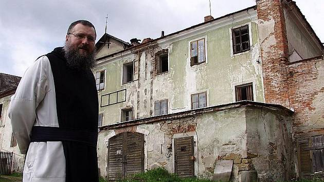 Převor Berka stojí před jednou z hospodářských budov a bývalým klášterním pivovarem ve Vyšším Brodě. Majetek dosud patří státu, o jeho budoucnosti musí rozhodnout parlament.