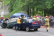 Hasiči v Jelence soutěžili ve vyprošťování osob z havarovaných aut.