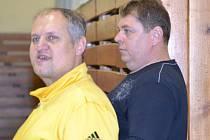 Manažer Karel Klabouch a trenér Pavel Šilhan (zleva) museli spolknout hořkou ligovou pilulku, ale již vzhlížejí k druhému vrcholu sezony na mezinárodní scéně.