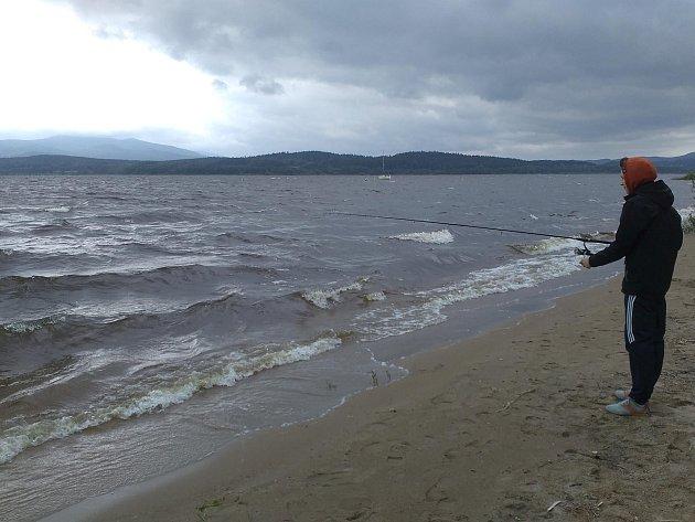 Na Lipně to o víkendu pěkně foukalo, loď rybářů se převrátila ve vysokých vlnách.