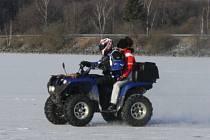 Kdo chtěl během prvního letošního víkendu sníh a led na cestách, musel se vydat na hladinu Lipna. Toho v sobotu využili i někteří dobrodruzi se čtyřkolkami.