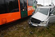 Při nehodě na přejezdu záchranka ošetřila šoféra osobního auta.