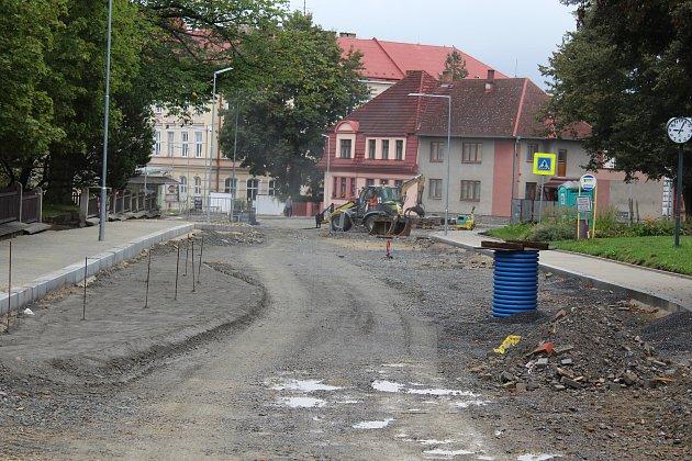 Práce v centru Kaplice pokračují i do ulice Omlenická.