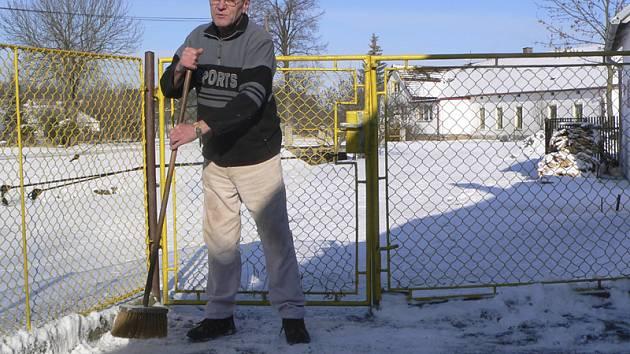 Lidé už čekají jaro, ale místo toho museli, stejně jako v Dolních Svincích, zametat sníh.