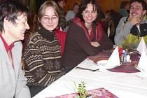 Stávkující pracovníci kaplických škol se včera na chvíli shromáždili v sále  Slovanu, kde dali dohromady společné prohlášení pro ministerstva školství i financí.  Historického setkání poté většina z nich využila k posezení a debatě  v dolní restauraci.