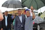 Premiéra přišli v Netřebicích pozdravit místní.
