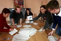 Mezi hlasovacími lístky se objevila i karikatura politiků či různé vzkazy.