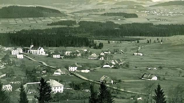 Historický pohled na Zvonkovou. V té před odsunem žilo přes tisíc lidí.