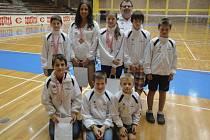 Osmička badmintonových nadějí českokrumlovského SKB pod vedením trenéra Radka Votavy (v pozadí) se na mezinárodním turnaji v Chorvatsku ukázala ve velmi dobrém světle.