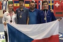 Úspěšná skupina českých badmintonových juniorů v Novém Sadu: (zleva) Tereza Kobyláková (Astra Praha), Jan Janoštík (Sokol ČB), trenér Radek Votava a Tomáš Švejda (oba SKB Český Krumlov).