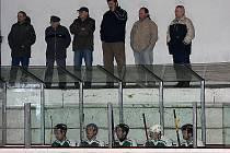 Podle některých lidí je českokrumlovský zimní stadion tím nejhorším v kraji. To je možná pravda. Otázkou zůstává, proč by na zábavu několika set hokejistů mělo doplácet několik tisíc daňových poplatníků, když na této zábavě mohou vydělávat podnikatelé.