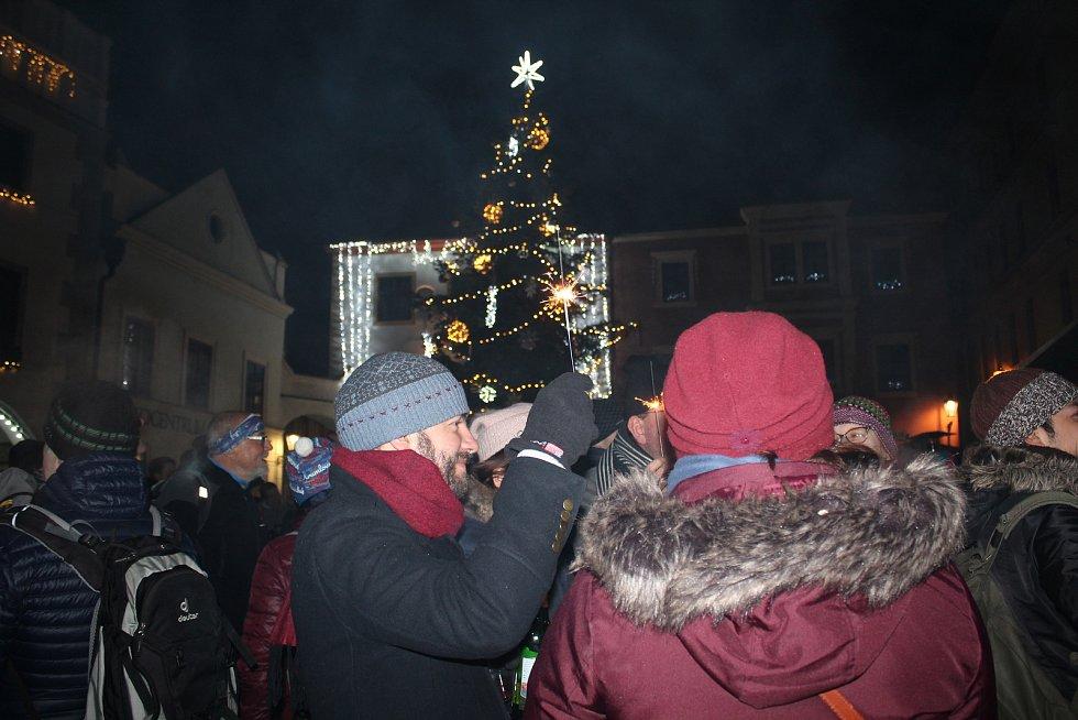 Veselo bylo o Silvestrovské půlnoci na náměstí v Českém Krumlově.