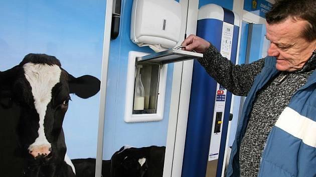 Mléčný automat Zemědělského družstva Podkleťan Křemže u českobudějovického obchodního domu Tesco. Mléko musí splňovat přísné předpisy jako při dodávkách do mlékárny.