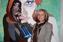 Ředitelka Romana Roušalová před jednou z prací nynějších maturantů.