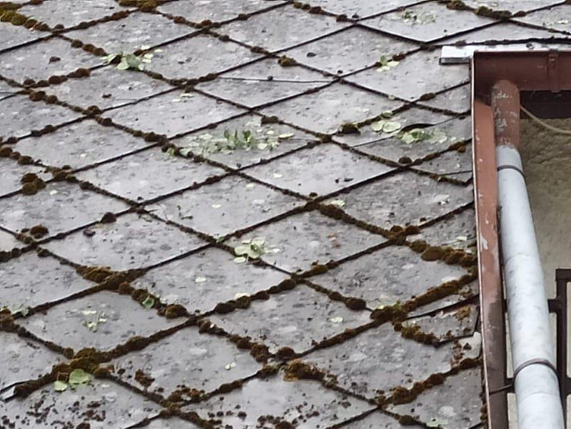 Kroupy v Kuří na Benešovsku poničily střechu.