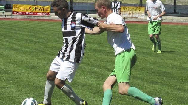 Rozdílová vítězná trefa v malém derby nese podpis českokrumlovského středopolaře Petra Fišera (vpravo, na snímku v souboji s kaplickým Patrikem Micákem).