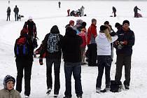 Radovánky na zamrzlé hladině lipenského jezera končí.