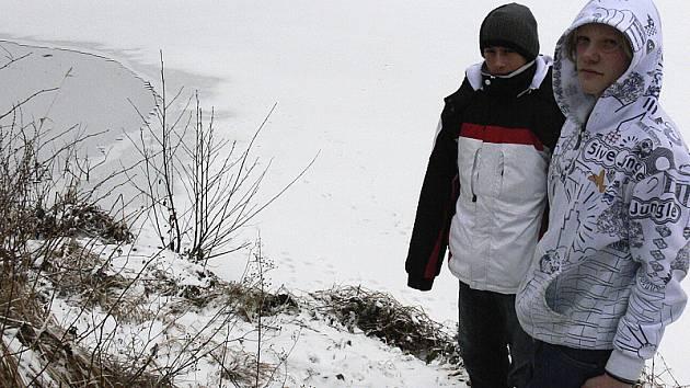 Ještě dnes je vrstva ledu, kde se Daniel propadl, slabá (na fotografii vlevo). Vpravo stojí v bílé bundě zachráněný Daniel Mikuláštík a jeden z jeho zachránců Rostislav Švajko.