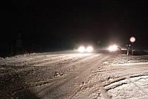 Během intenzivního sněžení je třeba se sněhem počítat i na hlavních tazích.