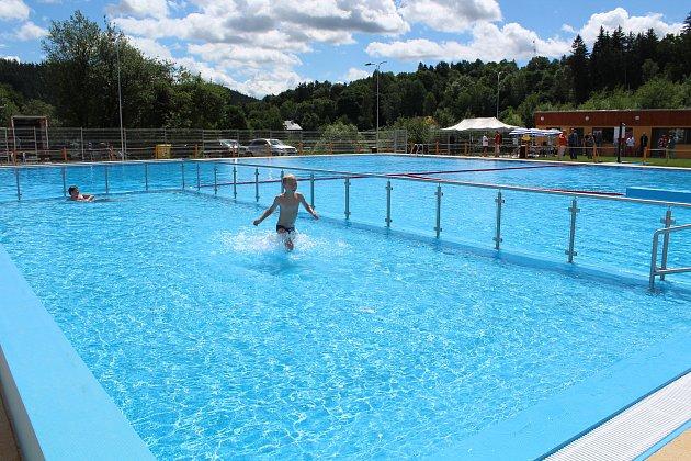 Zrenovovaný areál s bazénem ve Větřní. Koupání u příležitosti slavnostního otevření neminulo ani starostu Větřní Antonína Kráka.