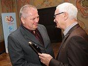 Cenu za mimořádnou podporu sportu v obci převzal malontský starosta Vladimír Malý (vlevo) z rukou předsedy KS ČUS Františka Vavrocha.