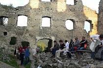 Do romantického prostředí starého hradu se uchýlili protagonisté a organizátoři s jedním ze svých koncertů právě probíhajícího Festivalu staré hudby Český Krumlov.