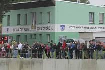 Fotbalisté dolnodvořišťského FK se budou od sezony 2014/15 převlékat již v novém. U příležitosti slavnostního zahájení provozu zrekonstruovaných šaten (na snímku) se hrálo přátelské utkání starých gard, které na útulný stadion přilákalo početnou návštěvu.