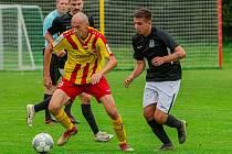 Fotbalisté Chvalšin (v žlutočervených dresech) doma v 6. kole I.B třídy podlehli Dolnímu Dvořišti 1:4.