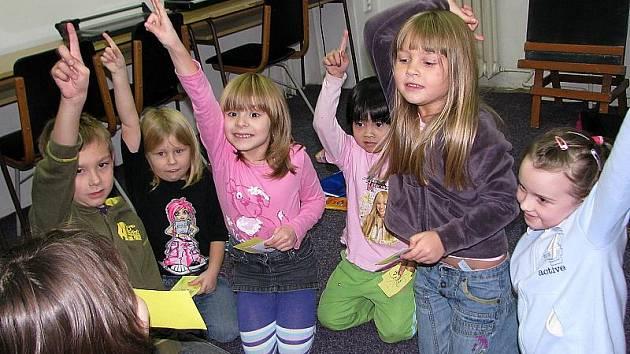 Takhle nadšeně vypadají děti při výuce angličtiny v Domě dětí a mládeže v Českém Krumlově.