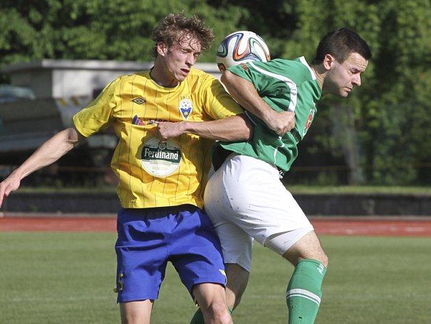 S divizním lídrem z Benešova sehráli fotbalisté krumlovského Slavoje (vpravo Jakub Kabele ve vzdušném souboji s hostujícím Janem Žákem) vyrovnanou partii s nešťastným koncem.