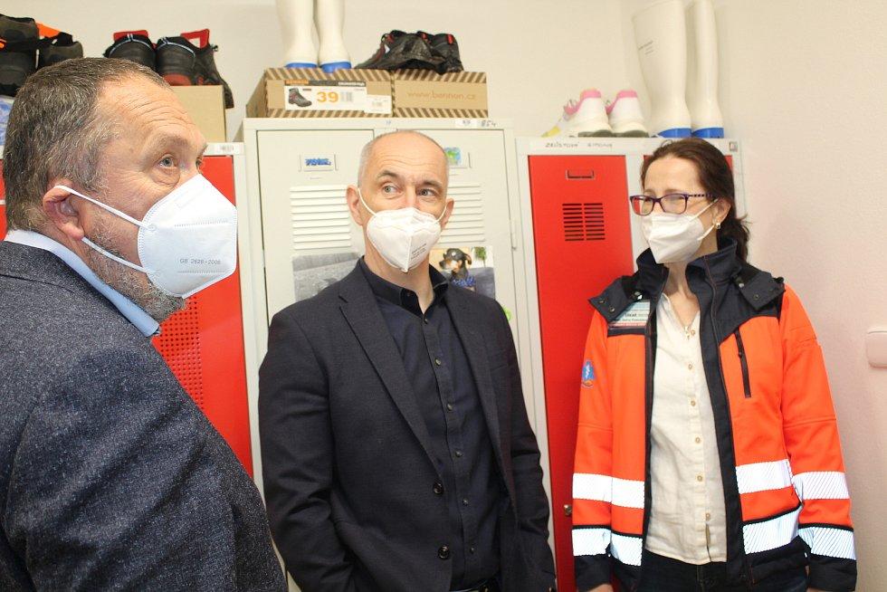Před rokem a půl začala rekonstrukce budovy pro záchranku v nemocnici. V pátek ji vedení nemocnice spolu se zástupci kraje a krajské záchranky slavnostně otevřelo.