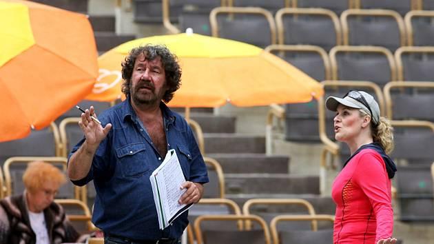Režisér Zdeněk Troška začal zkoušet s herci Jihočeského divadla na otáčivém hledišti německou romantickou operu Čarostřelec.