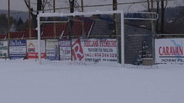 Takto vypadalo v sobotu odpoledne fotbalové hřiště ve Frymburku. Na Lipensku se vinou sněhové nadílky nehrálo několik duelů I. B (více ve středečním vydání ČkD) a brzký příchod zimy odkládal i taháky z okresních soutěží.
