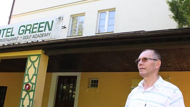 Místostarosta Větřní Pavel Štindl při návštěvě vily Hanse Spira.