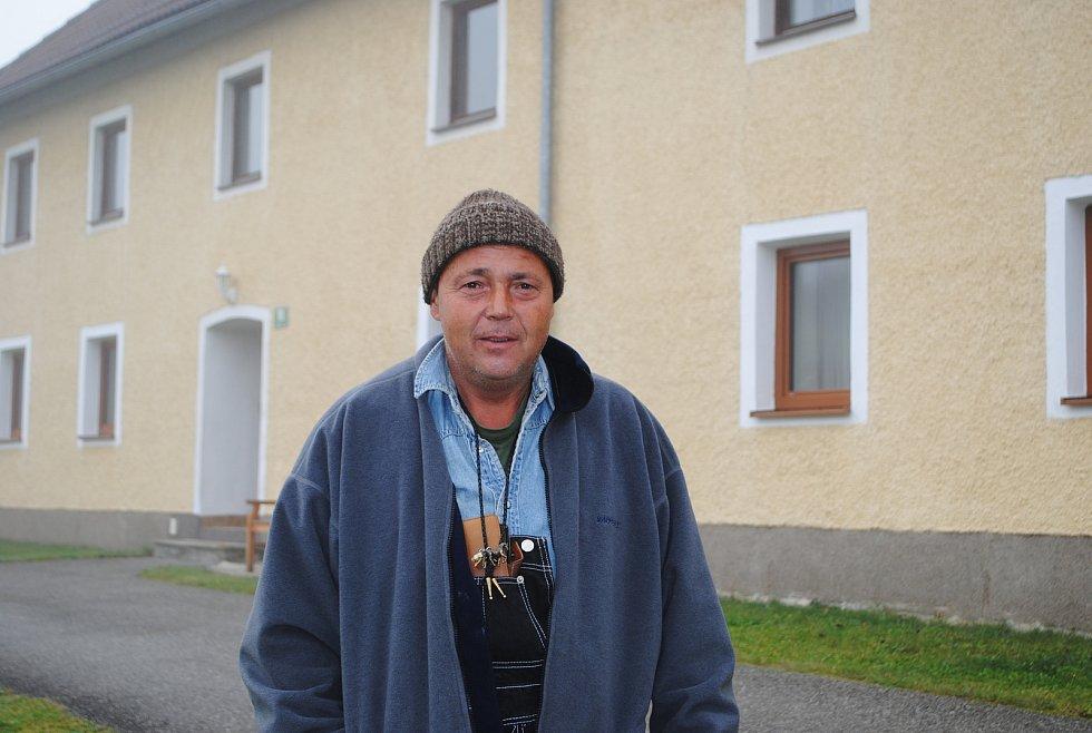 Karel Kloub z Dolního Dvořiště přijel zapálit svíčku k domu zavražděného statkáře.