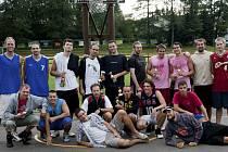 Všichni účastníci streetballového turnaje v Kaplici byli s průběhem prvního ročníku nadmíru spokojeni, o čemž svědčí i skupinový snímek ze závěrečného vyhlášení.