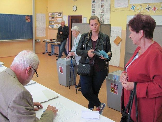 Vsedmém českokrumlovském volebním okrsku přišlo kvolbách během prvních pár minut přes deset lidí.