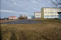Současný vzhled školného hřiště ve Velešíně a ukázky ze studie s návrhy jeho úprav.