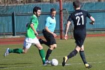 Po prohře s Olešníkem se Krumlovští (u míče kapitán Václav Novák před Davidem Lafatou) pokusí o první jarní bodový zisk v Želči.