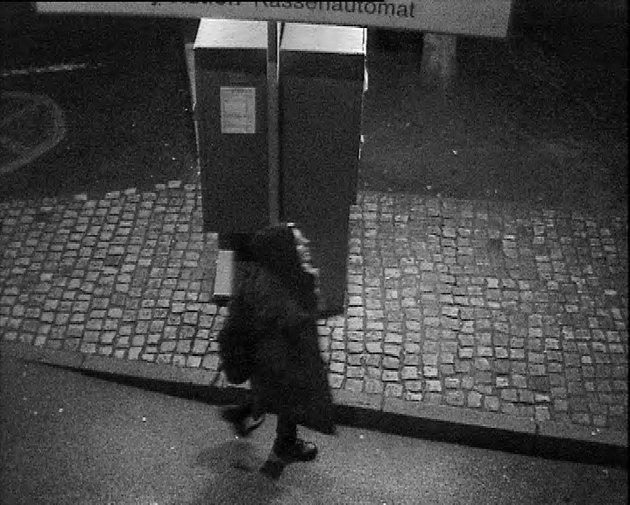 Neznáte tuto ženu? Policisté pátrají po její totožnosti v souvislosti s loupežnými přepadeními v Jelence.
