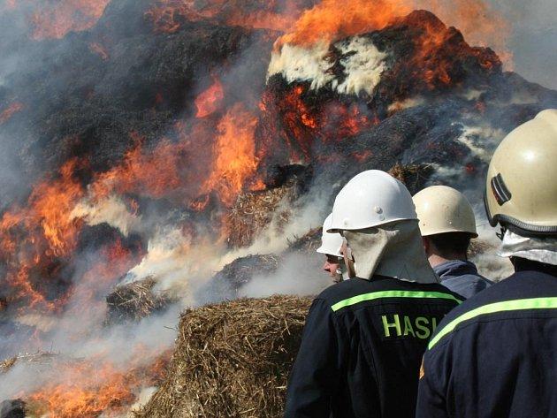 Hořící seno či sláma se už většinou nedá zachránit.