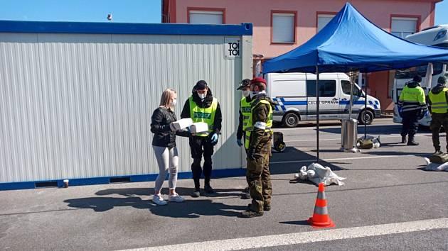 Ženy z Klubu seniorů Větřní napekly dobroty pro policisty sloužící na přechodu v Dolním Dvořišti.