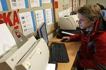 Řada podniků na jihu Čech sice propouští své zaměstnance, ale jenom když opravdu musí. Dobře si uvědomují, že potom propuštěné zaměstnance těžko získají zpět.